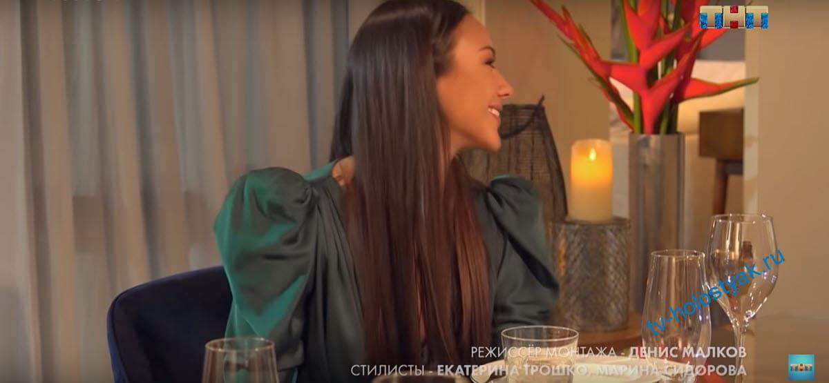 Екатерина Сафарова встречает маму Тимати